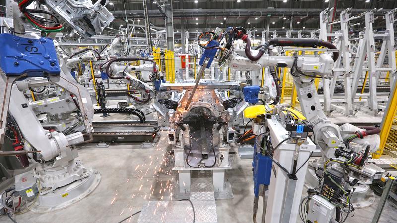 Dây chuyền hàn robot trong nhà máy ô tô VinFast tại Hải Phòng.