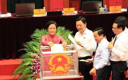 Các đại biểu Hội đồng Nhân dân thành phố Hà Nội bỏ phiếu tín nhiệm sáng 4/7.<br>