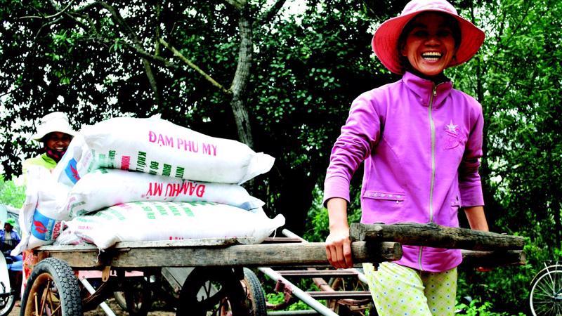 Nông dân vui mừng đón nhận lô hàng Đạm Phú Mỹ đầu tiên.