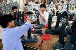 Người lao động trong doanh nghiệp sẽ được tăng lương từ 2010 - Ảnh: Việt Tuấn.