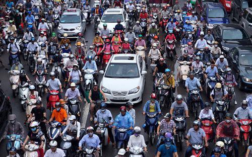 Hiện Hà Nội có khoảng 16.000 - 22.000 xe máy và 6.000 - 8.000 ôtô đăng  ký mới mỗi năm. Dự kiến đến năm 2020, Hà Nội sẽ có gần 1 triệu ôtô lưu  hành và khoảng 7 triệu xe máy, chưa kể xe của khối lực lượng vũ trang và  các tỉnh thành khác lưu thông vào thành phố.