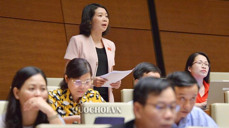 Đại biểu Mai Thị Phương Hoa phát biểu tại hội trường.