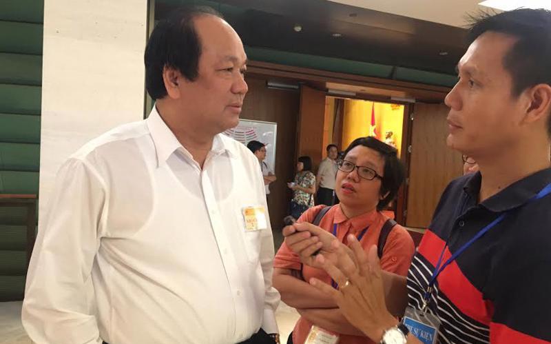 Bộ trưởng - Chủ nhiệm Văn phòng Chính phủ Mai Tiến Dũng khi trao đổi với báo chí về khả năng mở rộng sân bay Tân Sơn Nhất, bên hành lang Quốc hội sáng 13/6.<br>