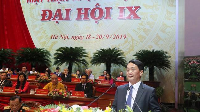 Ông Hầu A Lềnh, Phó Chủ tịch, Tổng Thư ký Uỷ ban Trung ương Mặt trận Tổ quốc Việt Nam trình bày báo cáo kiểm điểm hoạt động của Mặt trận trong nhiệm kỳ vừa qua.