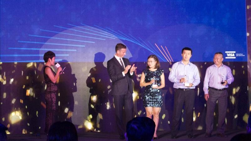 Ông Nguyễn Phát Vĩnh Lợi - Phó giám đốc Trung tâm thẻ (ngoài cùng bên phải), đại diện MB nhận giải thưởng.