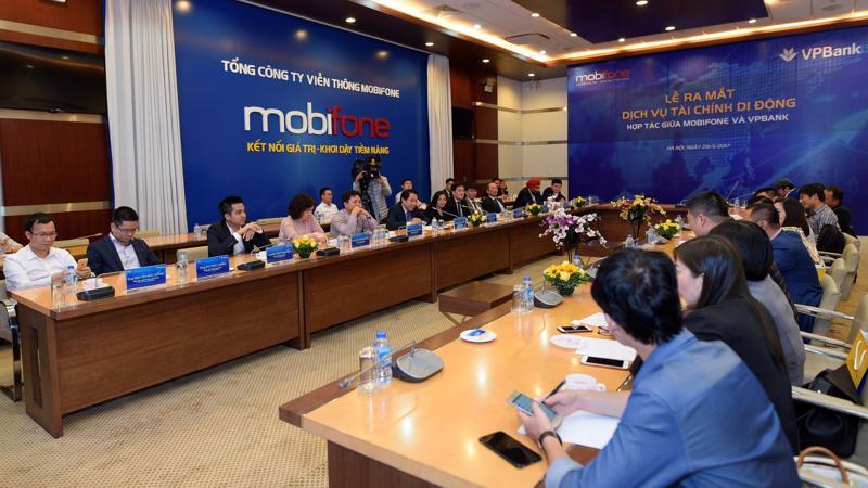 VPBank cùng với MobiFone phát triển các sản phẩm tài chính di động và ra mắt thẻ tín dụng đồng thương hiệu MobiFone-VPBank.
