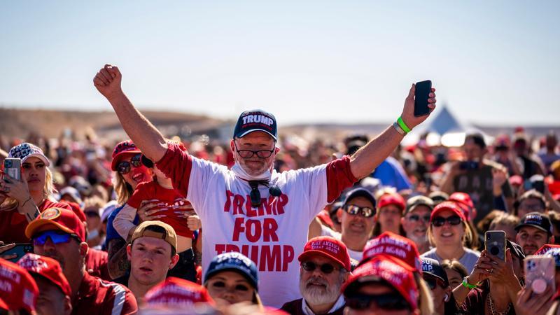 Một nhóm người ủng hộ ông Trump - Ảnh: Reuters.