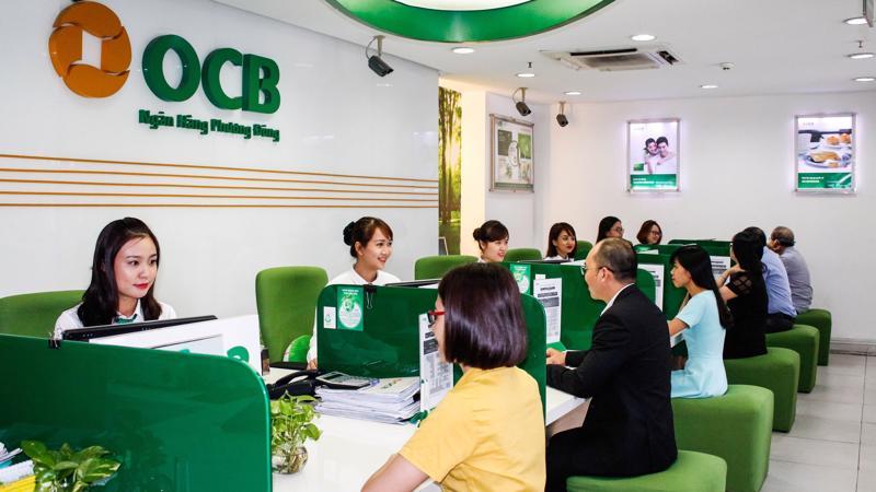 Khách hàng giao dịch tại OCB.