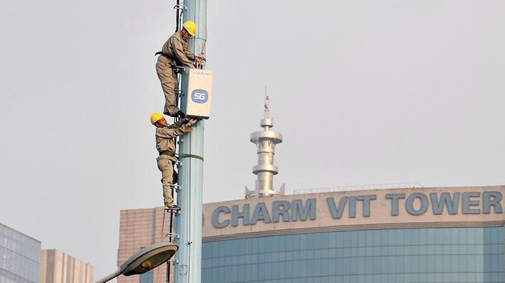 Nhân viên MobiFone lắp trạm BTS 5G tại Hà Nội.