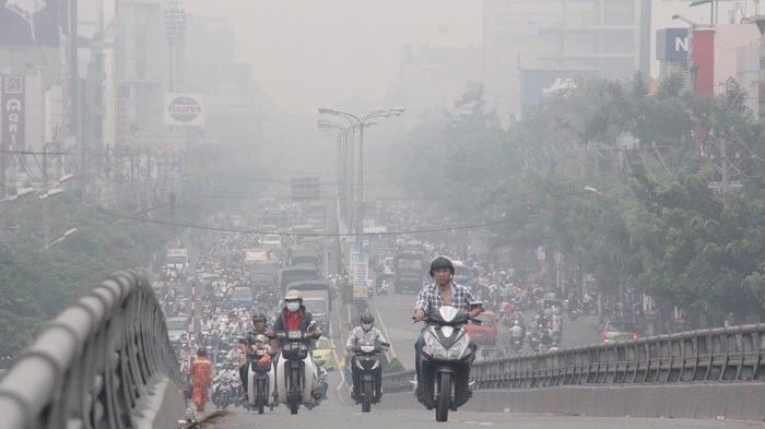 Tổng cục Môi trường khuyến cáo người dân hạn chế ra đường trong những ngày chất lượng không khí thấp Ảnh minh họa.