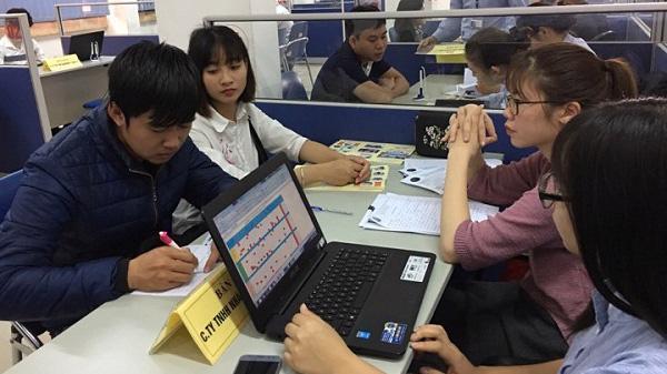 Một phiên giao dịch việc làm tại huyện Đông Anh - Hà Nội.