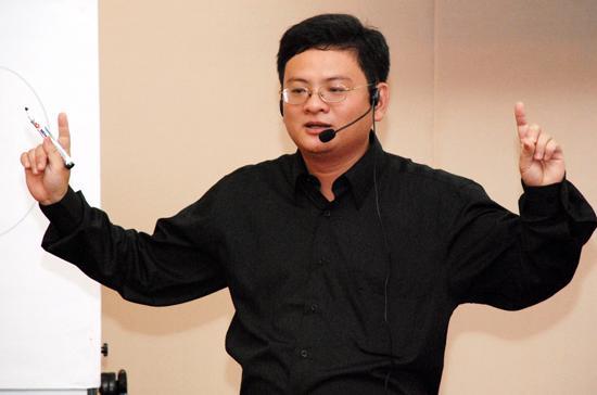 Diễn giả Quách Tuấn Khanh trong một lần diễn thuyết trước các doanh nhân.