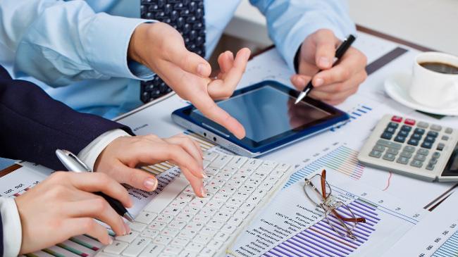 Trong thời gian doanh nghiệp thẩm định giá không bảo đảm một trong các điều kiện tương ứng loại hình doanh nghiệp quy định tại các khoản 1, khoản 2, khoản 3, khoản 4 và khoản 5 Điều 39 của Luật Giá nhưng chưa bị đình chỉ hoạt động thẩm định giá thì không được ký kết hợp đồng dịch vụ thẩm định giá.