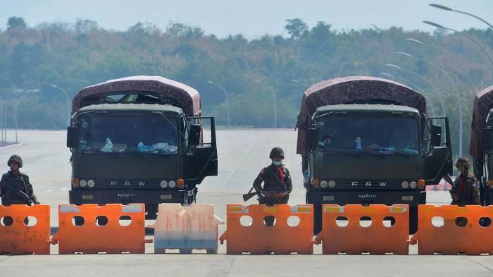 Quân đội Myanmar triển khai vây ráp và bắt giữ nhiều nhà lãnh đạo trong chính quyền dân sự sáng ngày 1/2 - Ảnh: Reuters