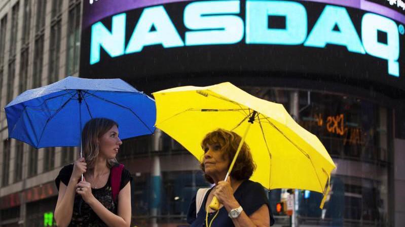 Động thái của Nasdaq cho thấy diễn biến mới nhất trong quan hệ tài chính giữa hai nền kinh tế lớn nhất thế giới - Ảnh: Reuters.