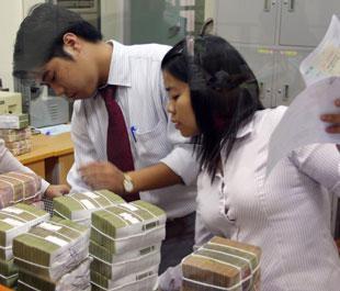 Thị trường chứng khoán sụt giảm kéo dài khiến kế hoạch tăng vốn của nhiều ngân hàng khó khăn - Ảnh: Việt Tuấn.