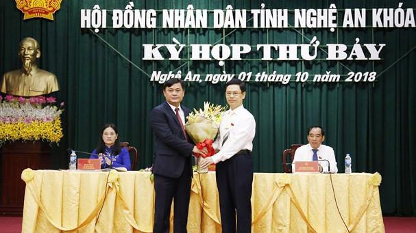 Ông Nguyễn Xuân Sơn, Chủ tịch HĐND tỉnh Nghệ An chúc mừng tân Chủ tịch UBND tỉnh Thái Thanh Quý.