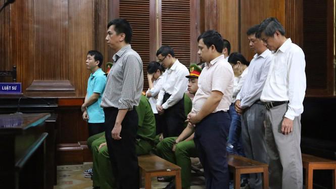 Các bị cáo nghe tòa tuyên án chiều 1/10. Ảnh: Tiền phong