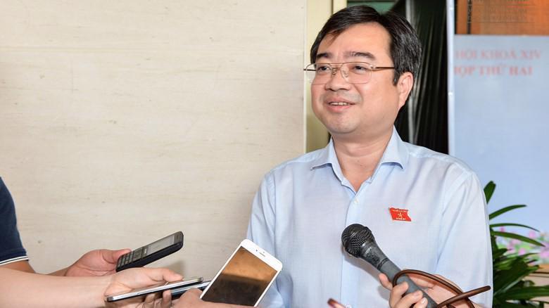 Bí thư Tỉnh uỷ Kiên Giang Nguyễn Thanh Nghị trao đổi với báo chí bên hành lang Quốc hội.