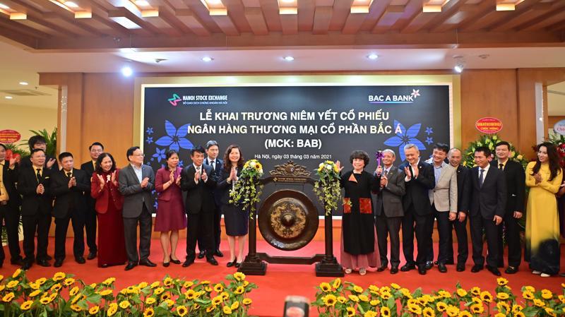 Nghi thức đánh cồng khai trương phiên giao dịch đầu tiên của BAC A BANK trên sàn HNX.
