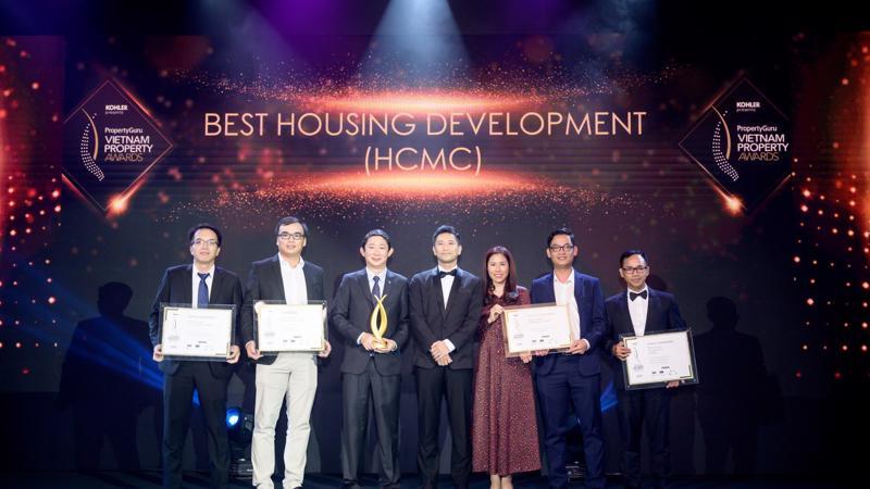 Đại diện Thang Long Real Group nhận Bằng chứng nhận tại Lễ trao giải.