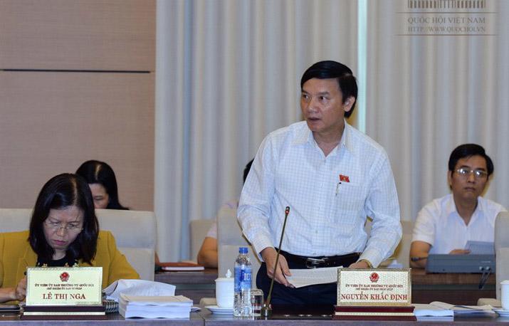 Chủ nhiệm Uỷ ban Pháp luật Nguyễn Khắc Định trình bày ý kiến của thường trực cơ quan thẩm tra.