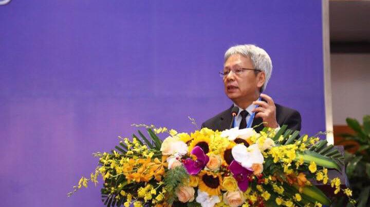 Tiến sĩ Nguyễn Sĩ Dũng, nguyên Phó chủ nhiệm Văn phòng Quốc hội phát biểu tại Diễn đàn.