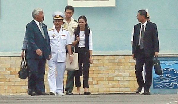 Bộ trưởng Quốc phòng Nhật Bản Gen Nakatani (trái) tại Học viện Hải quân ở Nha Trang - Ảnh: Tuổi Trẻ.
