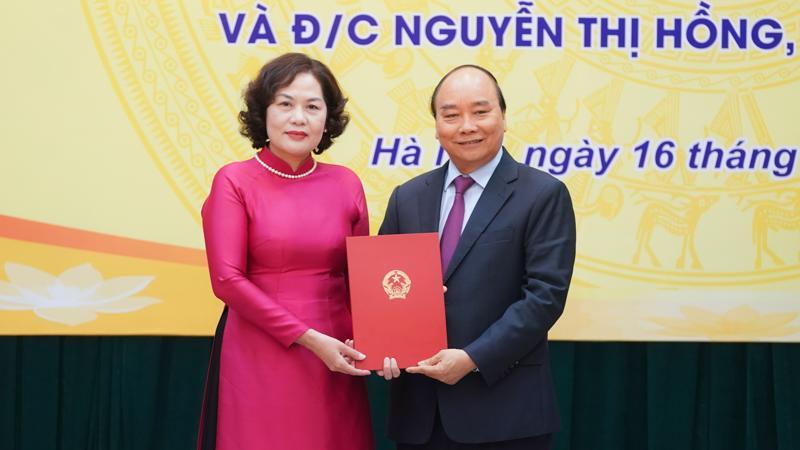 Thủ tướng Nguyễn Xuân Phúc trao Quyết định cho tân Thống đốc Ngân hàng Nhà nước Nguyễn Thị Hồng, Ảnh: VGP.