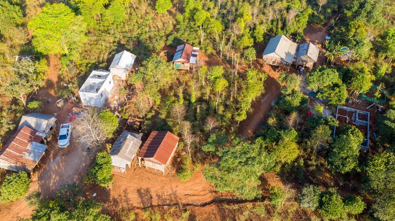 Những mái nhà tình thương mọc lên kiên cố trên mảnh đất nghèo hoang sơ.