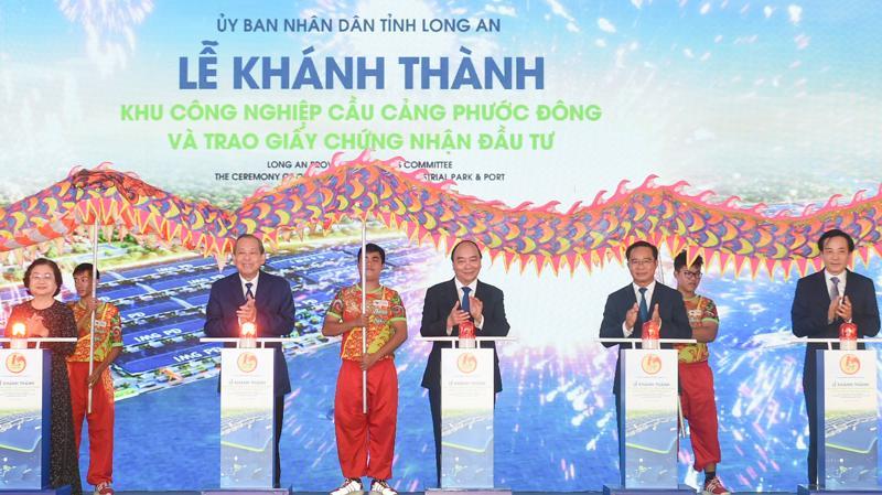Thủ tướng Nguyễn Xuân Phúc, Phó Thủ tướng Trương Hòa Bình cùng các đại biểu dự Lễ khánh thành Khu công nghiệp Cầu cảng Phước Đông - Ảnh VGP/Quang Hiếu