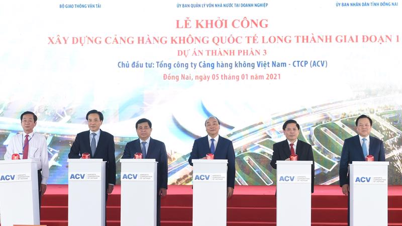 Thủ tướng Nguyễn Xuân Phúc cùng các đại biểu ấn nút khởi công dự án.