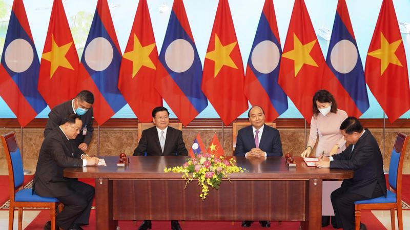 Thủ tướng hai nước chứng kiến lễ ký các văn kiện hợp tác, đầu tư.