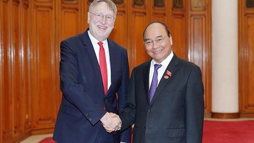 Thủ tướng Nguyễn Xuân Phúc và ông Lange Bernd, Trưởng Đoàn đại biểu Ủy ban Thương mại quốc tế của Nghị viện châu Âu (INTA) - Ảnh: VGP