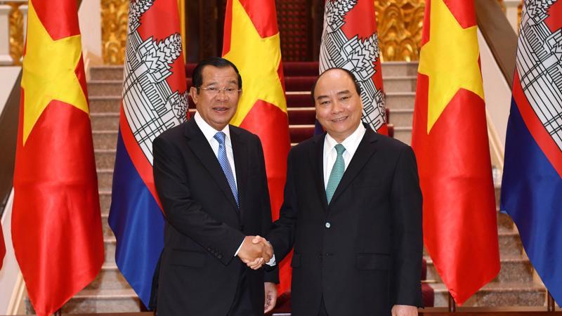 Thủ tướng Nguyễn Xuân Phúc đón Thủ tướng Campuchia Samdech Techo Hun Sen sáng 7/12.