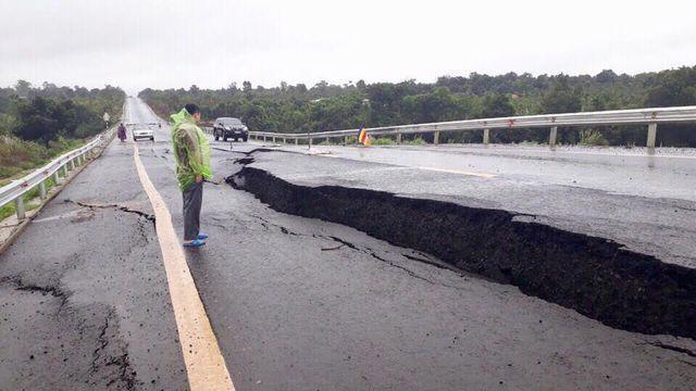 Đường dẫn lên cầu vượt cao tốc Đà Nẵng - Quảng Ngãi vừa đưa vào sử dụng đã nứt toác.