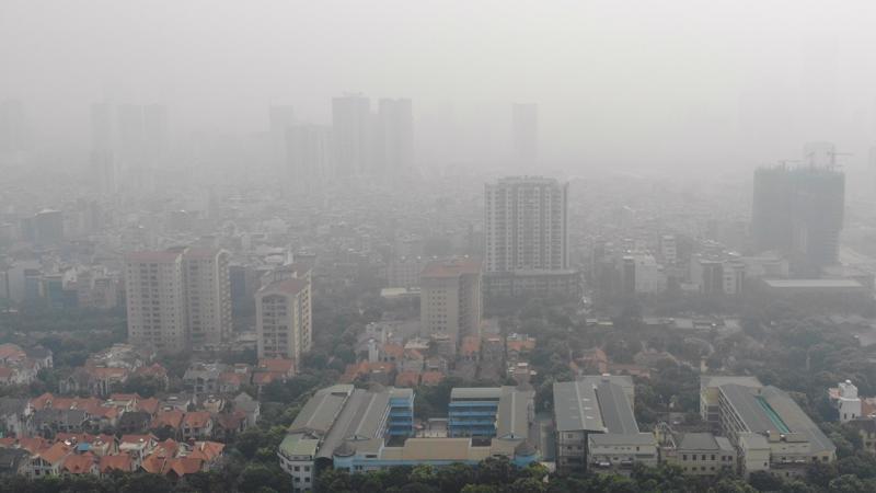 """Theo báo cáo do Bộ trưởng Bộ Tư pháp Lê Thành Long ký thì """"thống kê gần đây nhất"""" cho thấy mỗi năm môi trường không khí thành phố Hà Nội phải tiếp nhận khoảng 80.000 tấn bụi khói, 9.000 tấn khí SO2, 19.000 tấn khí NO2, 46.000 tấn khí CO2."""