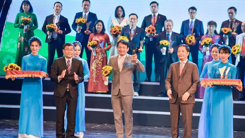 Ông Nguyễn Đình Tùng, Tổng giám đốc OCB nhận biểu trưng Thương hiệu Quốc gia 2020.