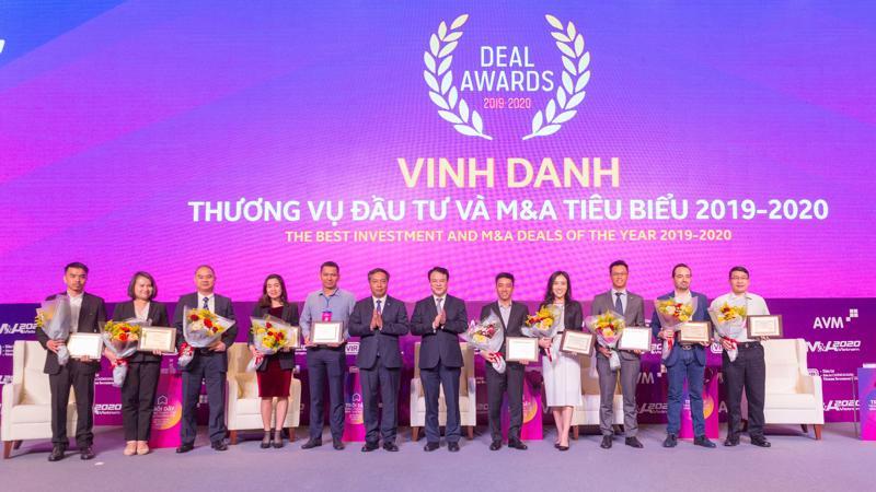 Bà Trịnh Thị Mai Anh, Thành viên Hội đồng Quản trị OCB (thứ 4 từ phải qua) nhận vinh danh Top 10 thương vụ đầu tư và M&A tiêu biểu 2019 - 2020.