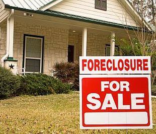 Một ngôi nhà tại Mỹ bị tịch biên và đang được rao bán. So với cùng kỳ năm ngoái, số khách hàng vay cầm cố nhà bị tịch biên nhà và vỡ nợ ở thời điểm cuối quý 2 của Mỹ đã tăng thêm 44%.
