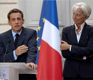 Tổng thống Pháp Nicolas Sarkozy và Bộ trưởng Bộ Tài chính nước này Christine Lagarde, công bố các biện pháp siết thưởng hôm 25/8 - Ảnh: NYTimes.