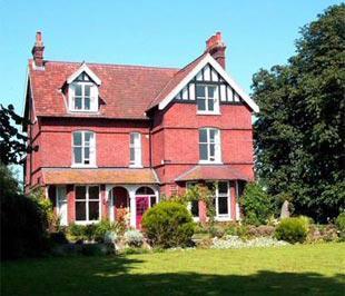 Hiện tại, giá nhà bình quân tại Anh là 160.224 Bảng (tương đương 262.000 USD) mỗi căn.