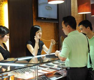 Thị trường vàng vật chất tiếp tục bị bao phủ bởi không khí giao dịch ảm đạm, với số lượng khách và khối lượng giao dịch ở mức cầm chừng - Ảnh: Quang Liên.