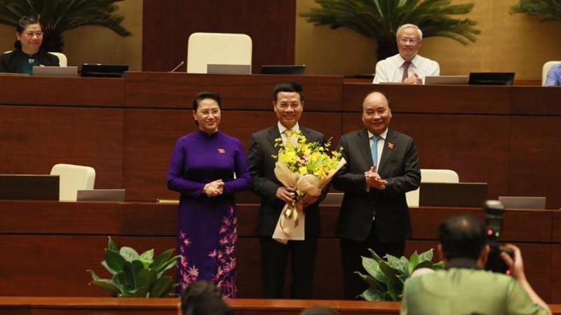 Thủ tướng Nguyễn Xuân Phúc và Chủ tịch Quốc hội Nguyễn Thị Kim Ngân chúc mừng Tân Bộ trưởng Nguyễn Mạnh Hùng. Ảnh: Quang Phúc.