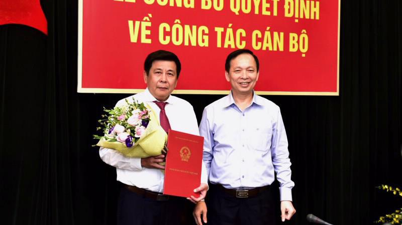 Phó Thống đốc Thường trực Ngân hàng Nhà nước Đào Minh Tú trao Quyết định bổ nhiệm ông Lê Thái Nam giữ chức Chủ tịch Hội đồng thành viên Nhà máy In tiền Quốc gia