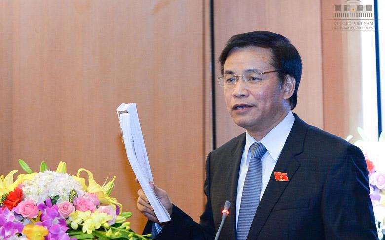 Chánh văn phòng Hội đồng Bầu cử Quốc gia Nguyễn Hạnh Phúc cầm trên tay danh sách toàn bộ 870 ứng viên đại biểu Quốc hội khoá 14.