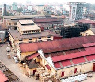 Tính đến nay, thành phố Hà Nội mới chỉ thực hiện di dời được 22 cơ sở và chấp thuận cho phép 32 cơ sở khác lập dự án đầu tư chuyển mục đích sử dụng đất trong tổng số 142 cơ sở cần di dời theo đề xuất của Sở Qui hoạch - Kiến trúc từ năm 2003.
