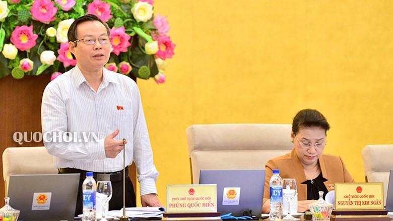 Phó chủ tịch Quốc hội Phùng Quốc Hiển phát biểu tại phiên thảo luận.