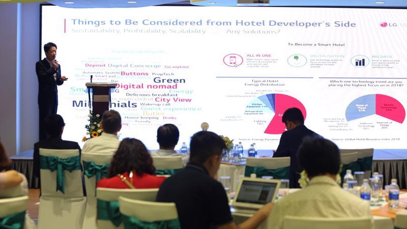 Ông Huyn Jun Choi, Giám Đốc Cấp cao LG Electronics chia sẽ các giải pháp công nghệ và Big Data cho một khách sạn thông minh.