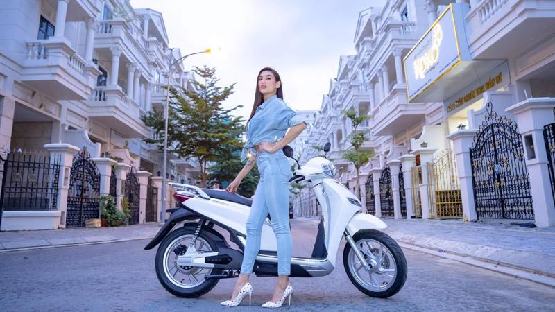 Người mẫu Võ Hoàng Yến cùng mẫu xe điện Pega-S.
